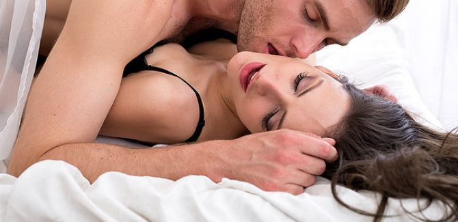 frau berührt hals flirt Kempten